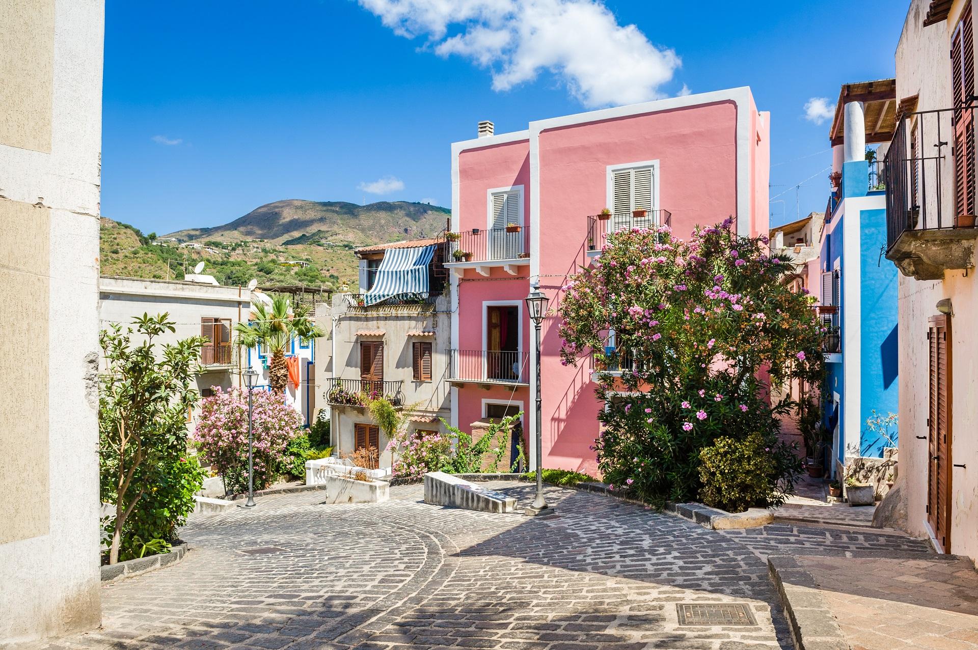 Die bunten Häuser in der Innenstadt von Lipari sind ein echter Hingucker.