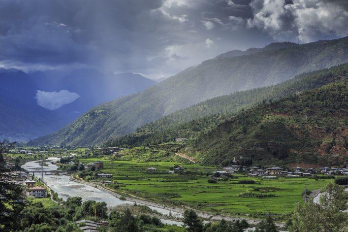 Berge und Regen in Paro, Bhutan