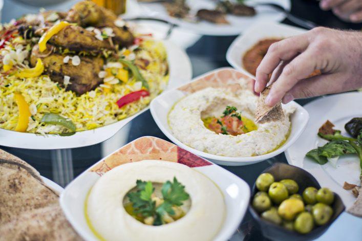 Dips wie Hummus runden das Essen in Katar perfekt ab