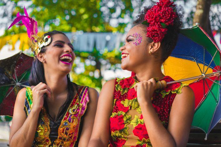 Zwei verkleidete Frauen Olindas freuen sich