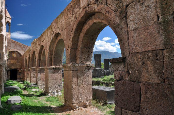 Die die Bogengänge der alten Kirche von Odzun.