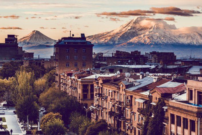 Armeniens Hauptstadt Yerewan bei Sonnenuntergang.