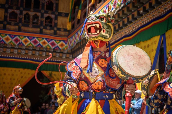 Tsechuh fest: Mönch tanzt verkleidet