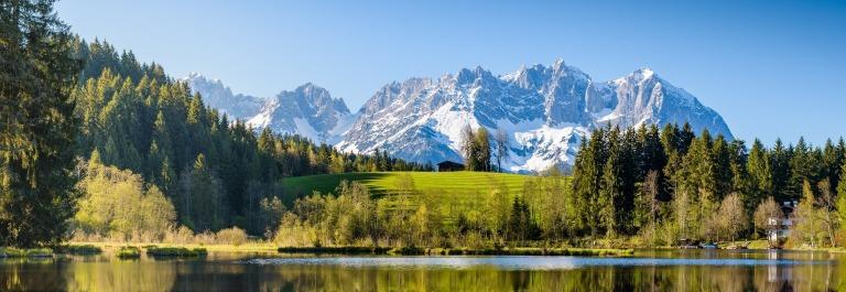 In Kitzbühel warten tolle Panoramen und Wellnessparks auf euch
