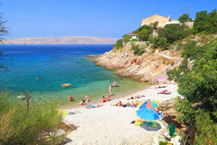 Der Strand Senj in Kroatien