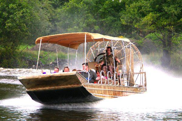 Boot fährt auf einem Fluss im Serengeti-Park