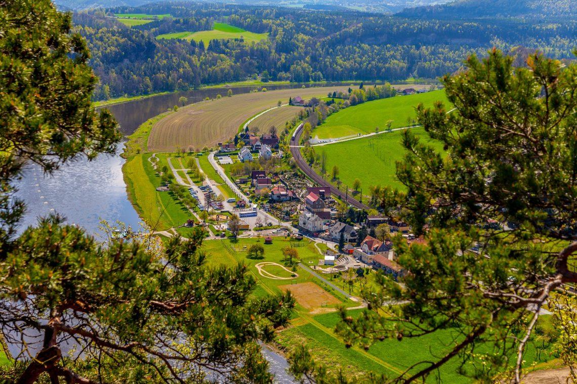 Ausblick von einer Brücke in der Sächsischen Schweiz an einem sonnigen Tag.