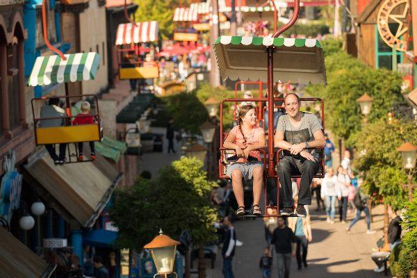 Vater und Tochter fahren mit der Cable Car im Slagharen Freizeitpark
