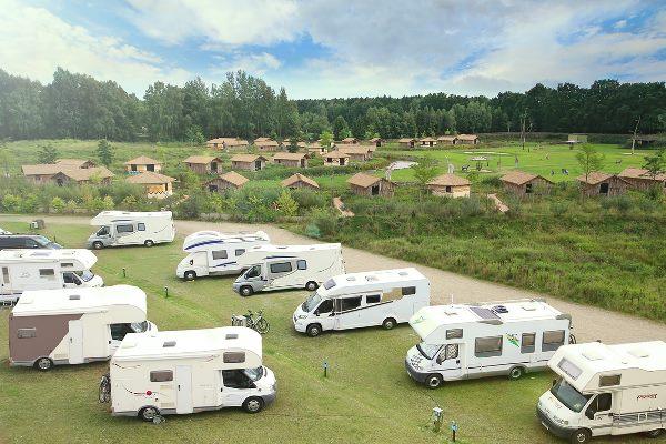 Luftansicht von geparkten Wohnmobilen im Serengeti-Park