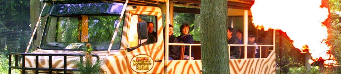 Menschen in einem Bus auf Dschungel-Safari im Serengeti-Park