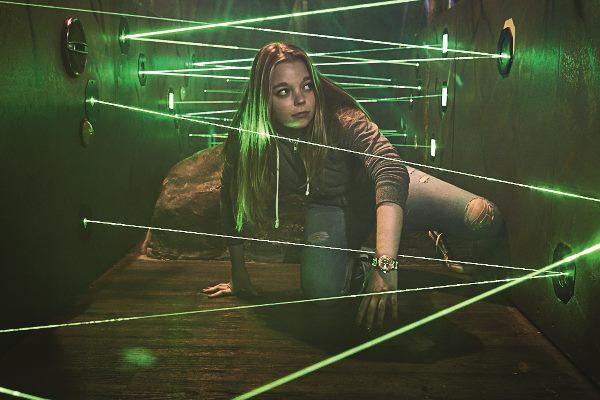 Mädchen klettert durch einen Laser-Parcours im Fort Fun