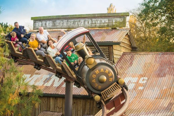 Ansicht des Mine Train in Aktion im Slagharen Freizeitpark