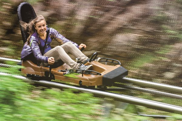 Mädchen auf dem Trapper Slider im Fort Fun