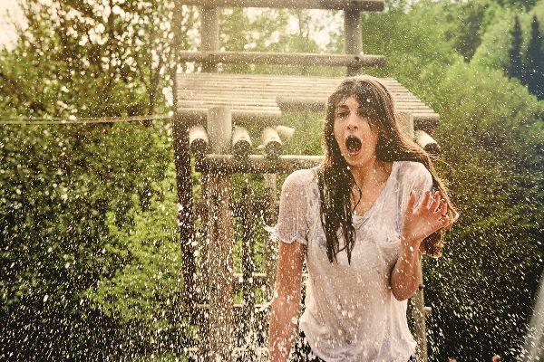 Nasses Mädchen. was mit dem Wasserkatapult spielt im Fort Fun