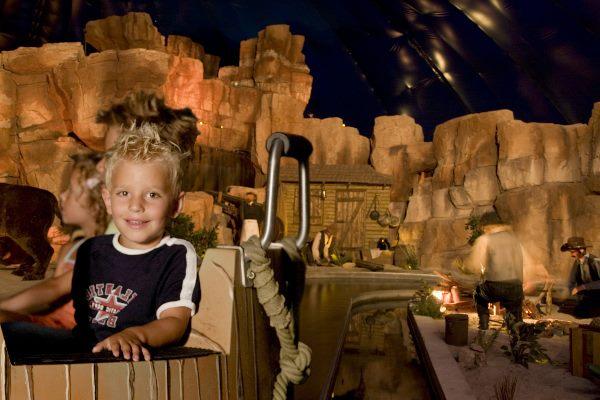 Kind fährt mit dem Wild West Adventure im Slagharen