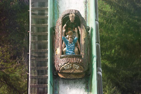 Zwei Kinder auf der Wilderwasserbahn Wild River im Fort Fun