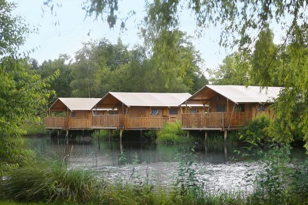 Vorderansicht der Zelt-Lodges im Safari-Park