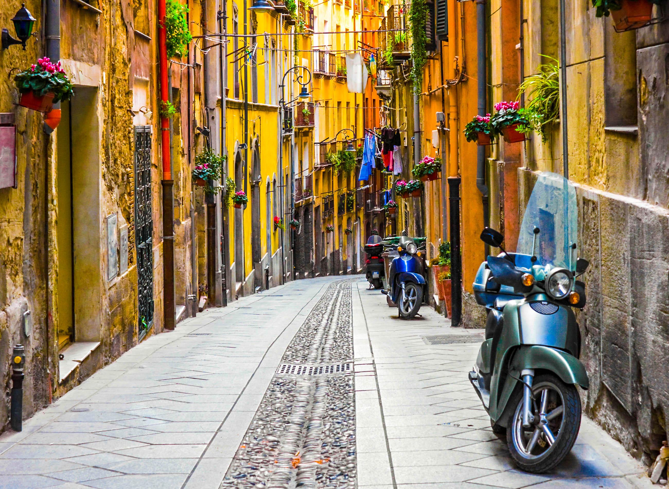 Eine Straße auf Sardinien mit schönen Häusern