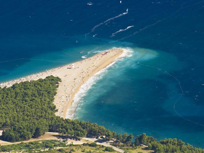 Zlatni Rat ist einer der bekanntesten und schönsten Strände in Kroatien