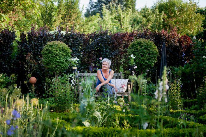 Eine Frau entspannt in einem Garten in der Oststeiermark