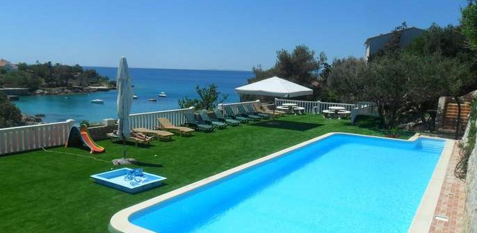Ansicht des pools in der Ferienwohnung auf der insel Pag