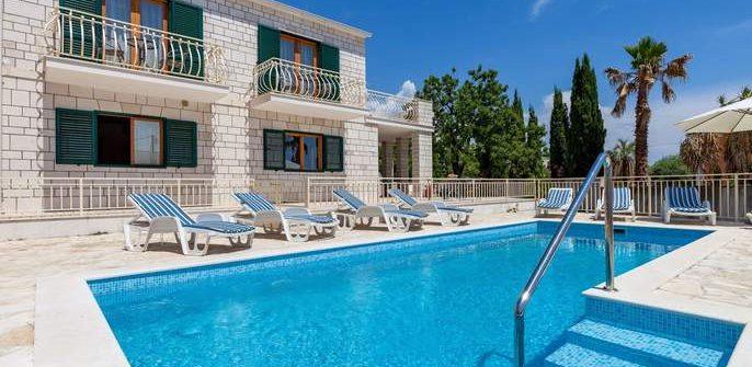 Vorderansicht der Villa Vjeka mit Pool