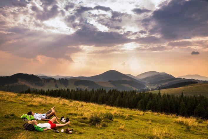 Wanderer machen eine Rast auf der Alm in der Oststeiermark