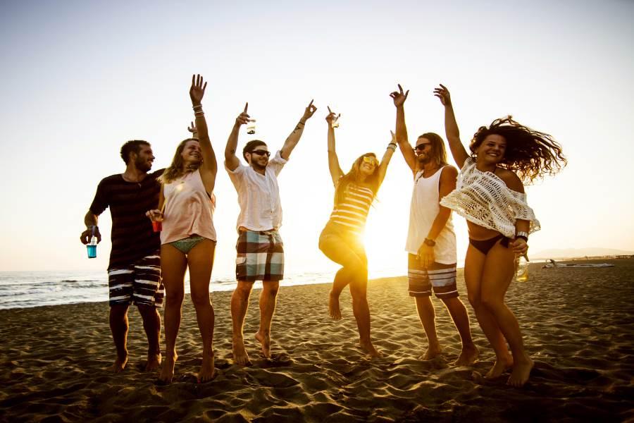 Tanzen am Strand in Griechenland
