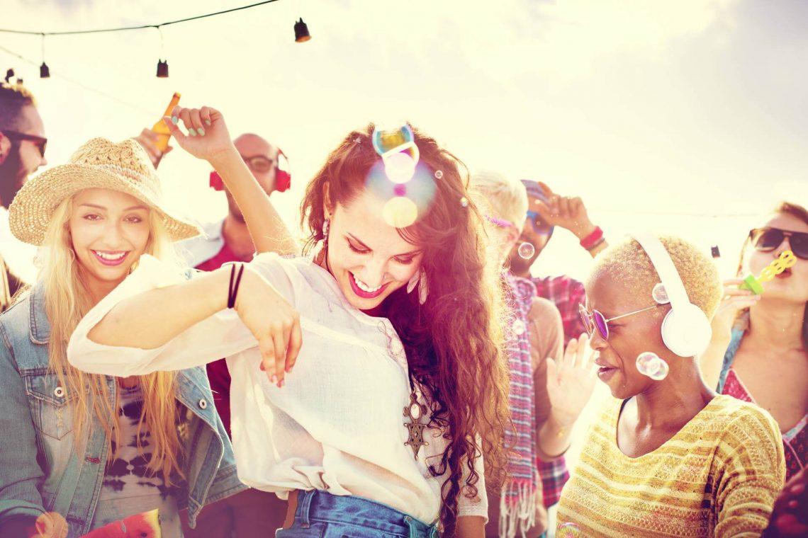Junge Frauen feiern auf einer Strandparty