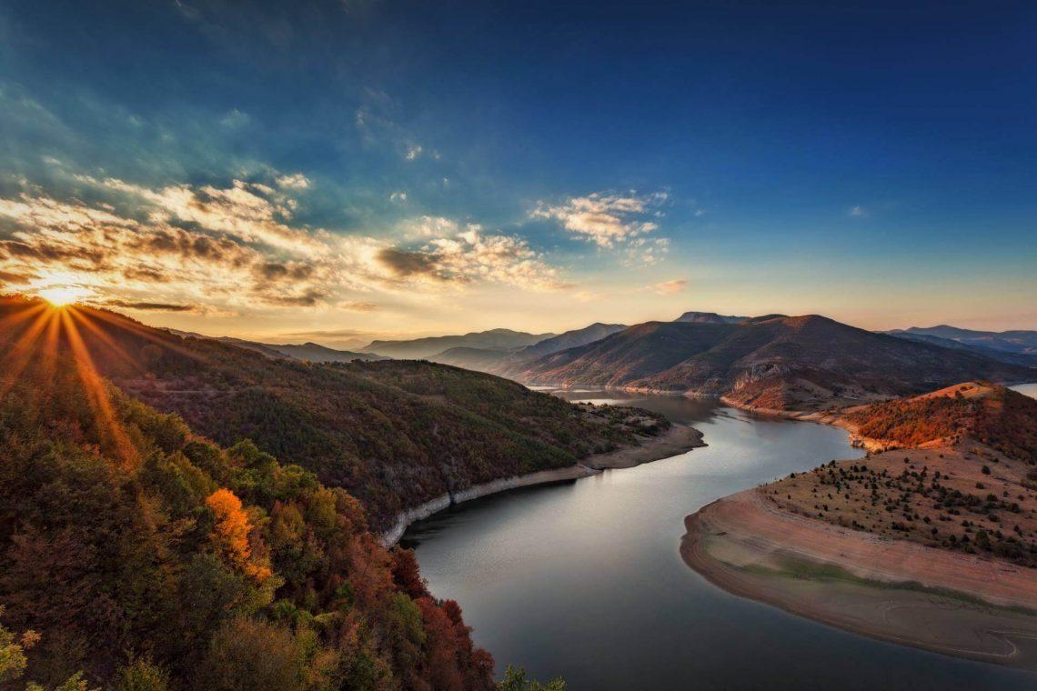 Flusslandschaft der Rhodopen beim Sonnenuntergang