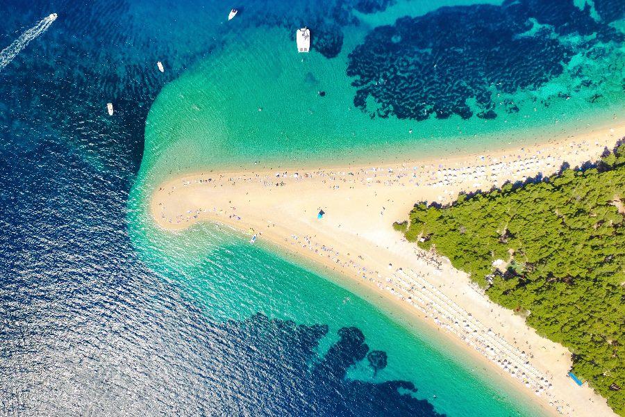 Luftansicht von einem Strand in Kroatien