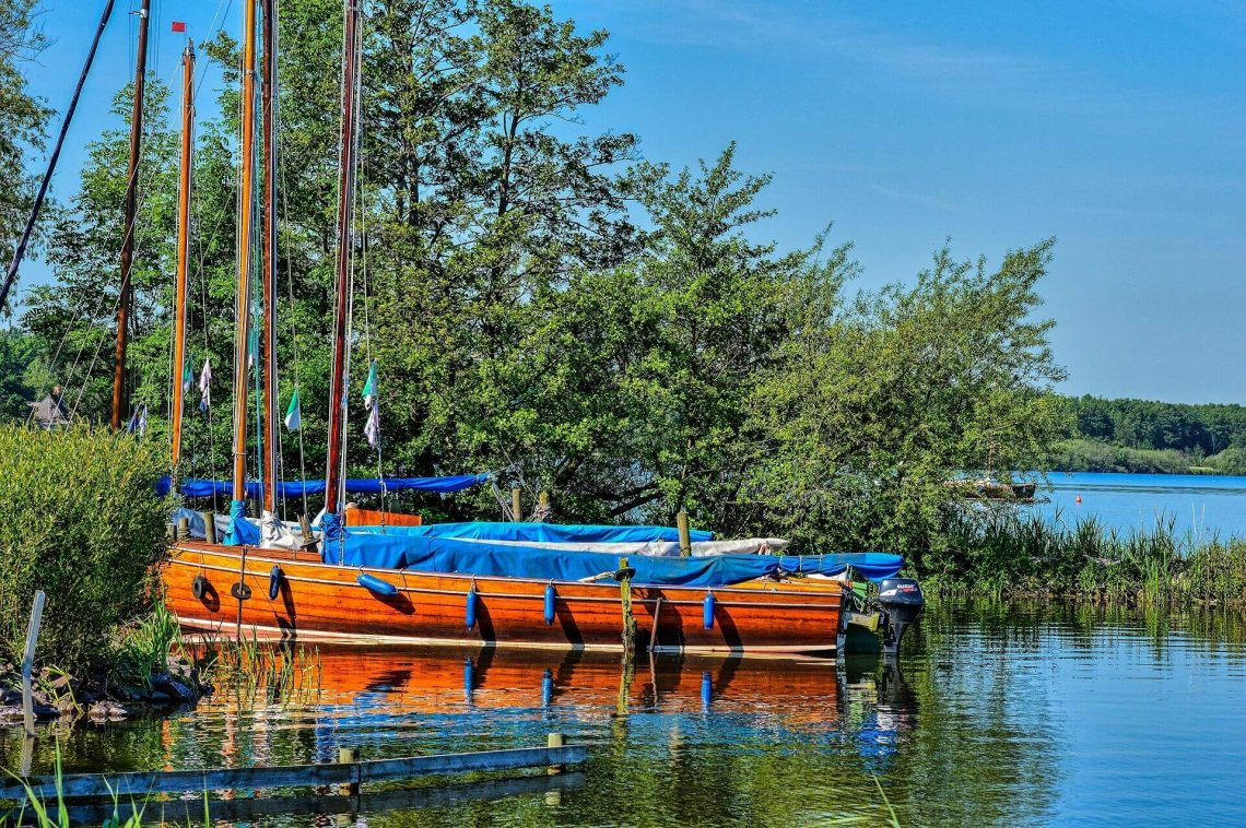 A sail boat in a harbour by the Steinhuder sea shutterstock_238829260-2 (1) (1)