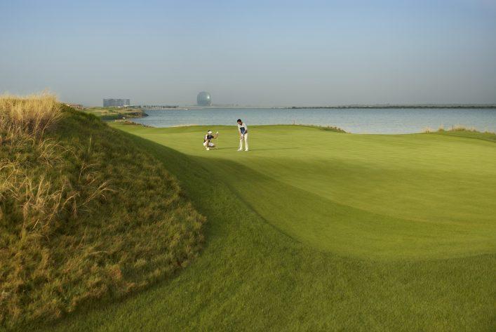 Ein Golfplatz auf der Insel Yas