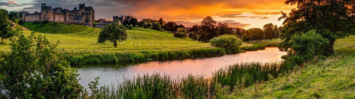 Landschaft Großbritannien mit Burg im Sonnenaufgang
