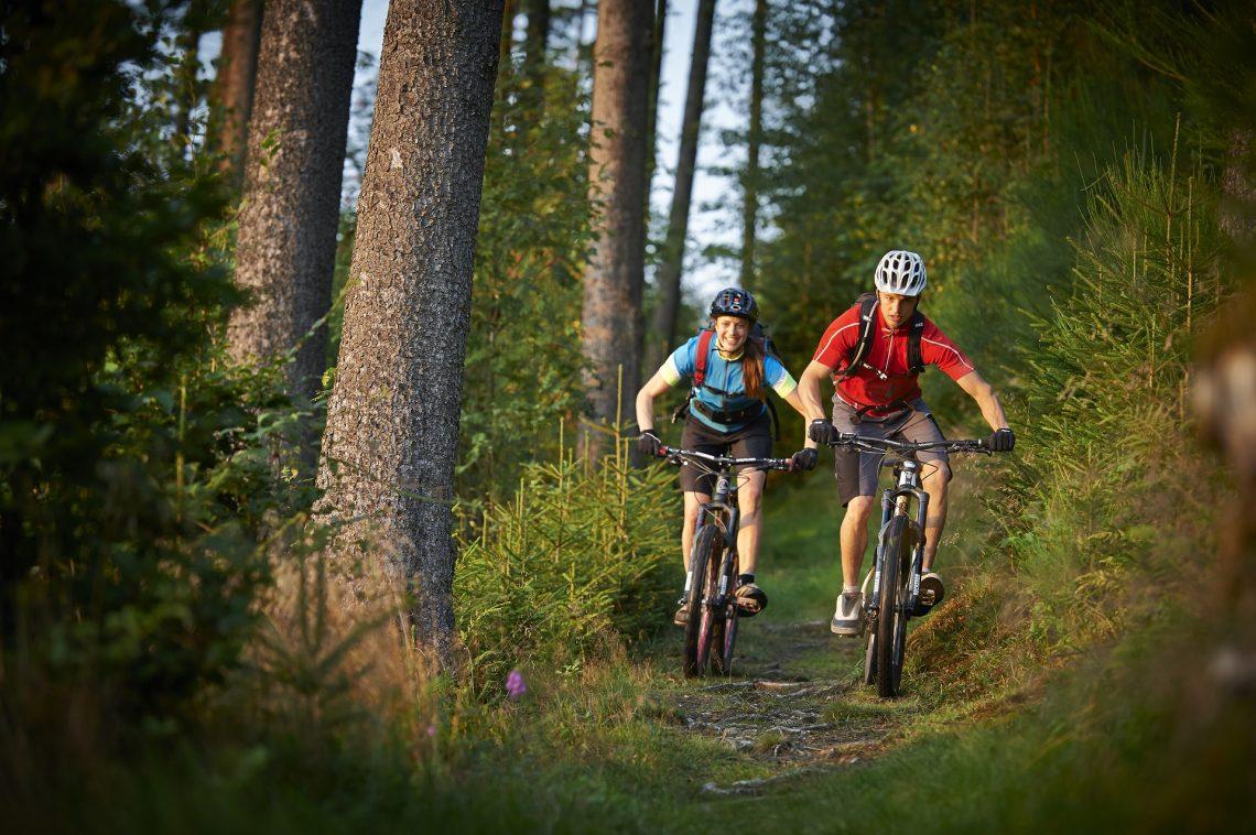 Zwei Mountainbiker im Sauerland